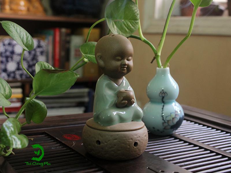 Thiền trà phải có lư hương, nhẹ nhàng khói tỏa trong làn hơi thơm....